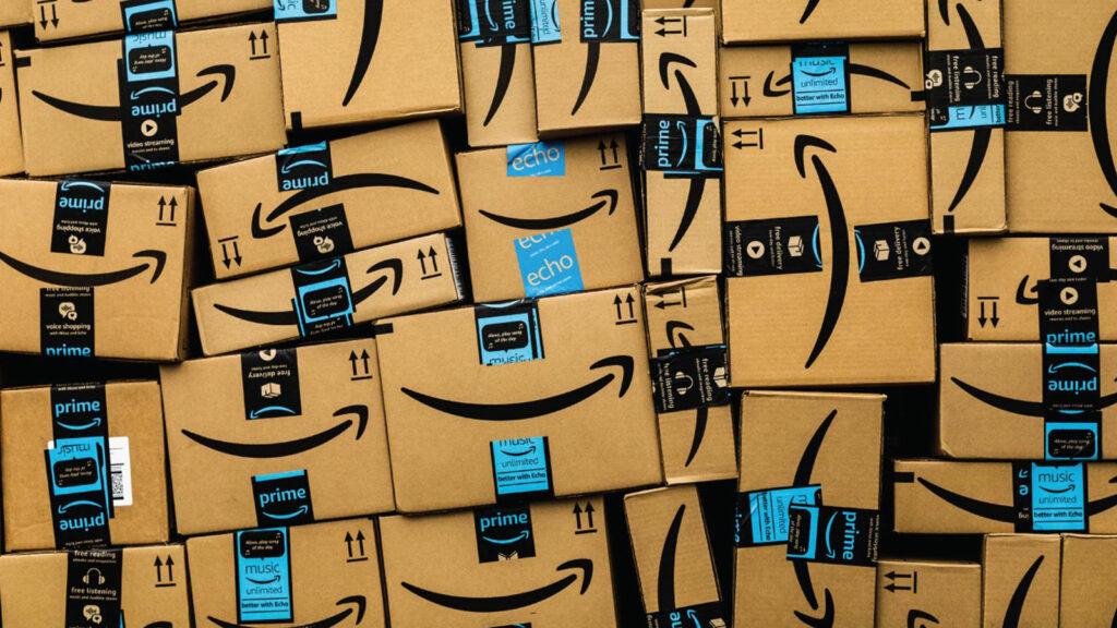cajas con logotipo de amazon